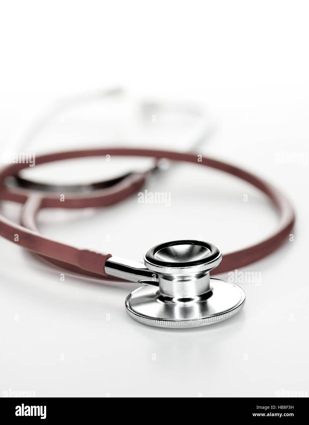 Stéthoscope clinique close-up sur fond clair, généreux d'hébergement pour copier l'espace. Photo Stock