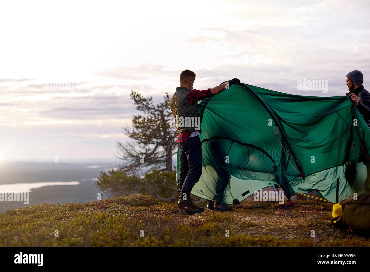 Les randonneurs mise en place tente sur colline, Keimiotunturi, Laponie, Finlande Photo Stock