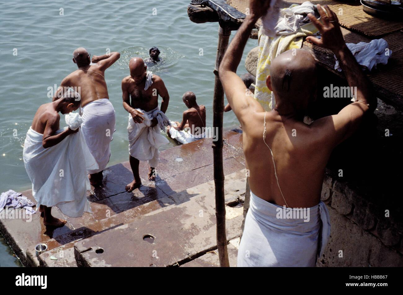 Inde. L'Uttar Pradesh. Ville sainte de Bénares (Varanasi). Bain rituel dans les eaux du Gange sur les gath. // L'Inde. Banque D'Images