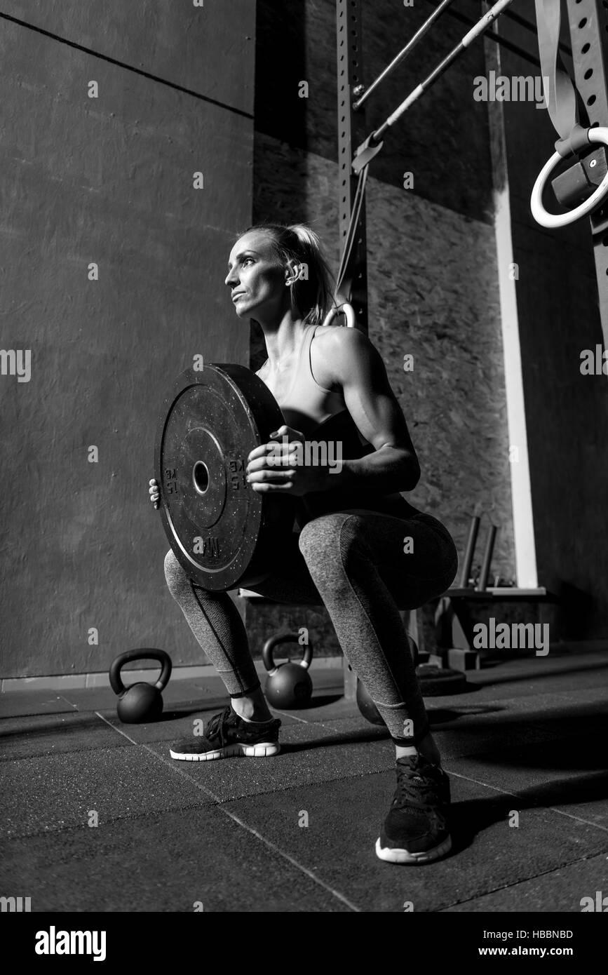 Bon à sporty woman holding poids d'haltère Photo Stock