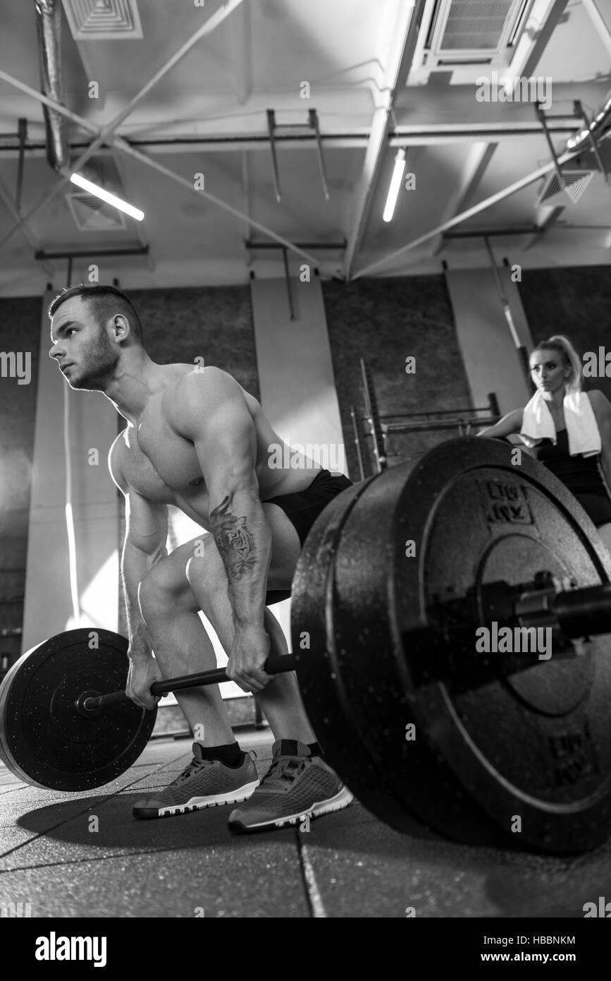 Athletic tattooed man avoir entraînement d'haltérophilie Photo Stock