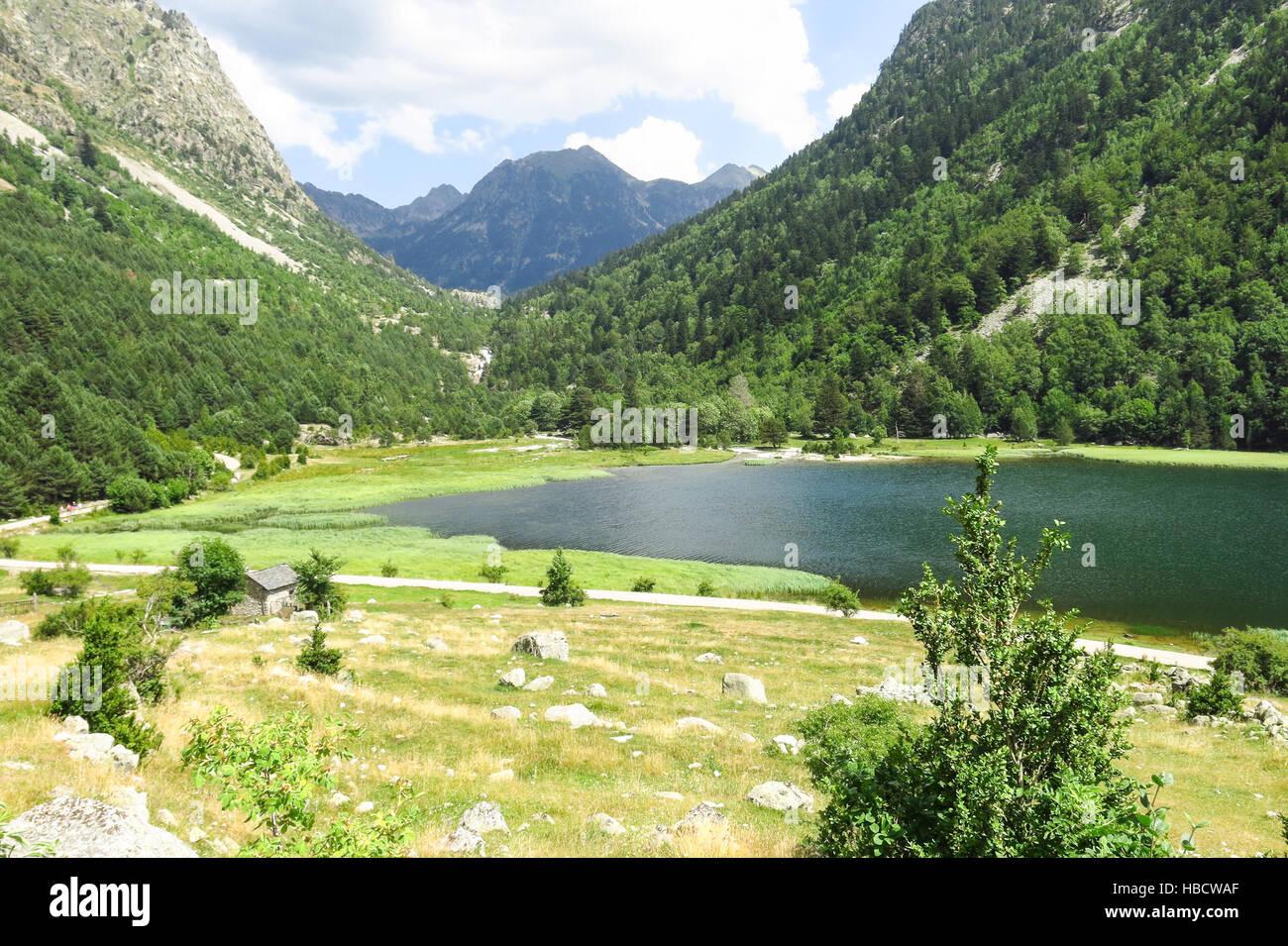 Llebreta pond. Le Parc National Aigüestortes à Panorama dans les Pyrénées Catalanes, Espagne Photo Stock
