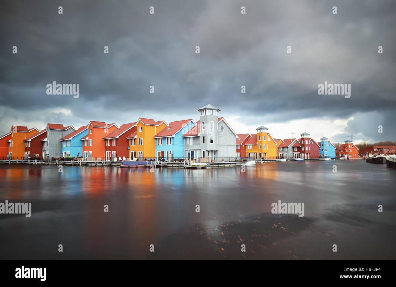 Bâtiments colorés sur l'eau pendant une tempête Photo Stock