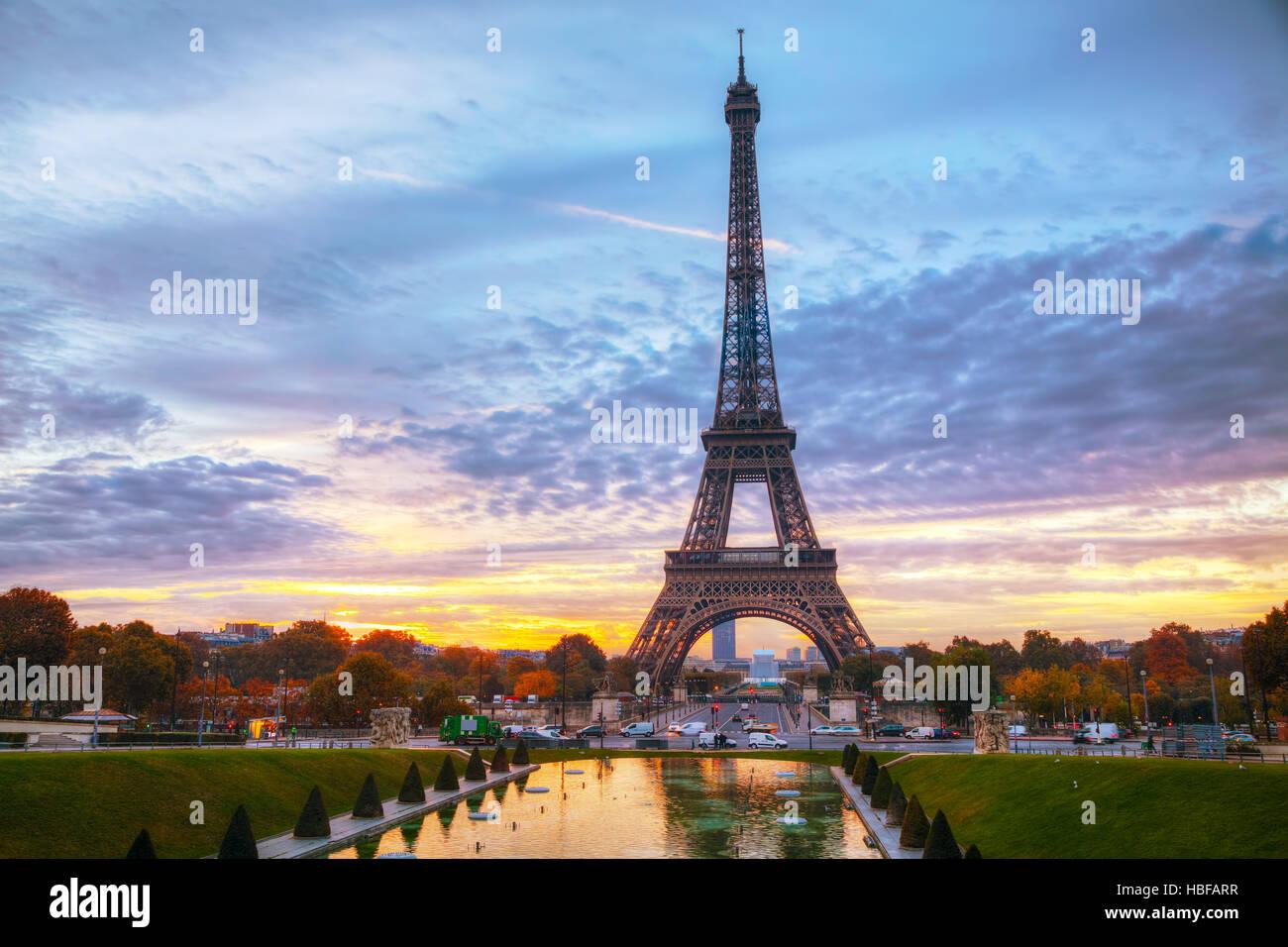 Vue urbaine avec la Tour Eiffel à Paris, France au lever du soleil Photo Stock