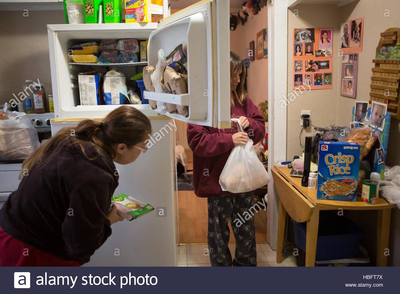 Déballez les femmes qu'ils ont reçu de la nourriture, du fleuve Jourdain Food Pantry. Photo Stock