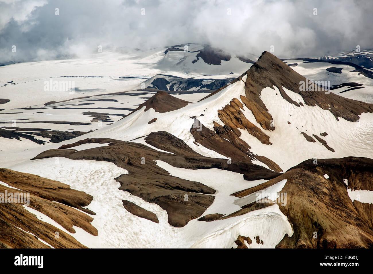 Vue aérienne de partiellement recouverte de neige paysage montagneux au sud-ouest de la Réserve Naturelle de Fjallabak, Banque D'Images