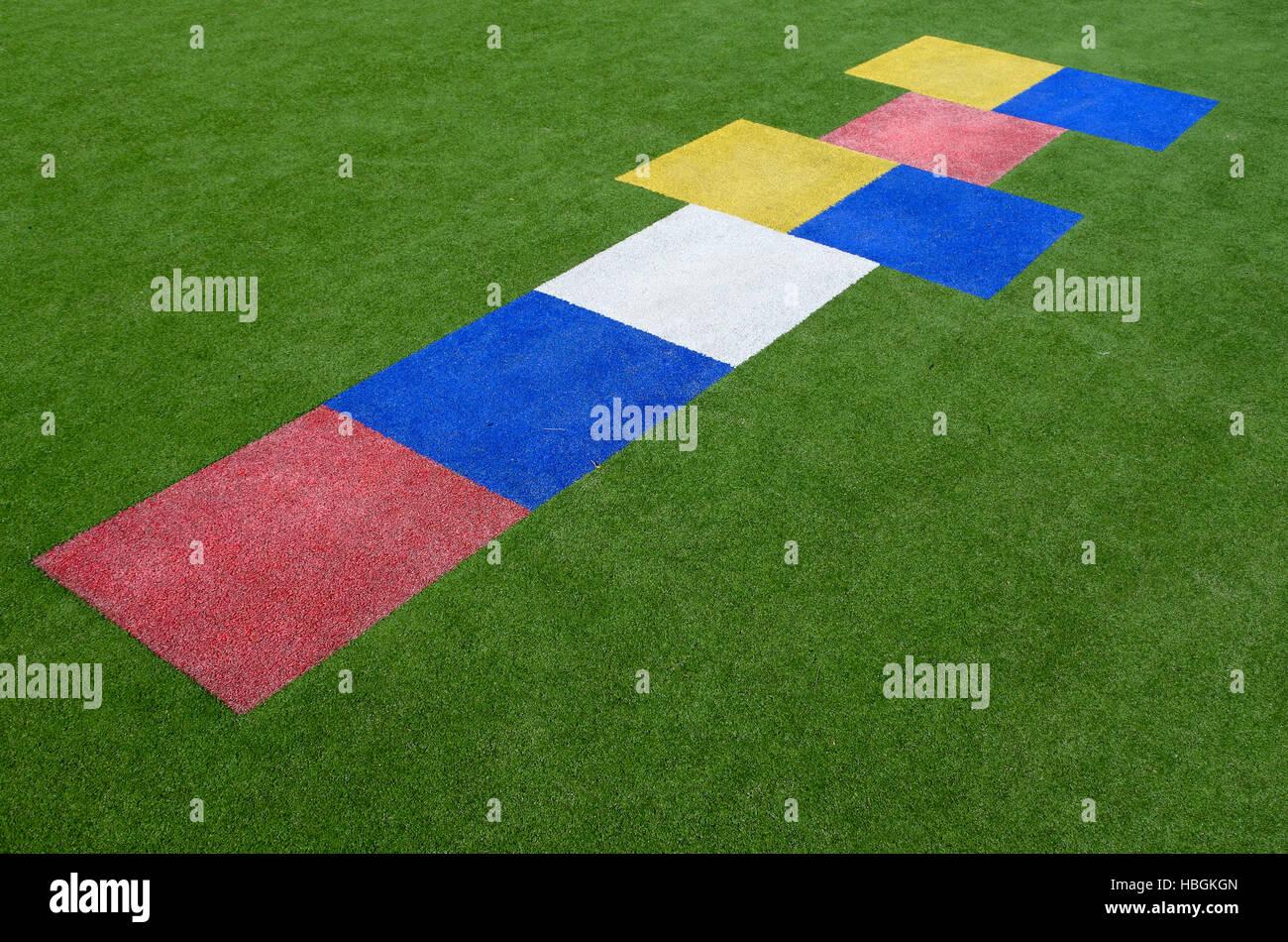 La marelle colorée, une aire de jeu dans lequel les joueurs jeter un petit objet en espaces de rectangles décrits sur le terrain et th Banque D'Images