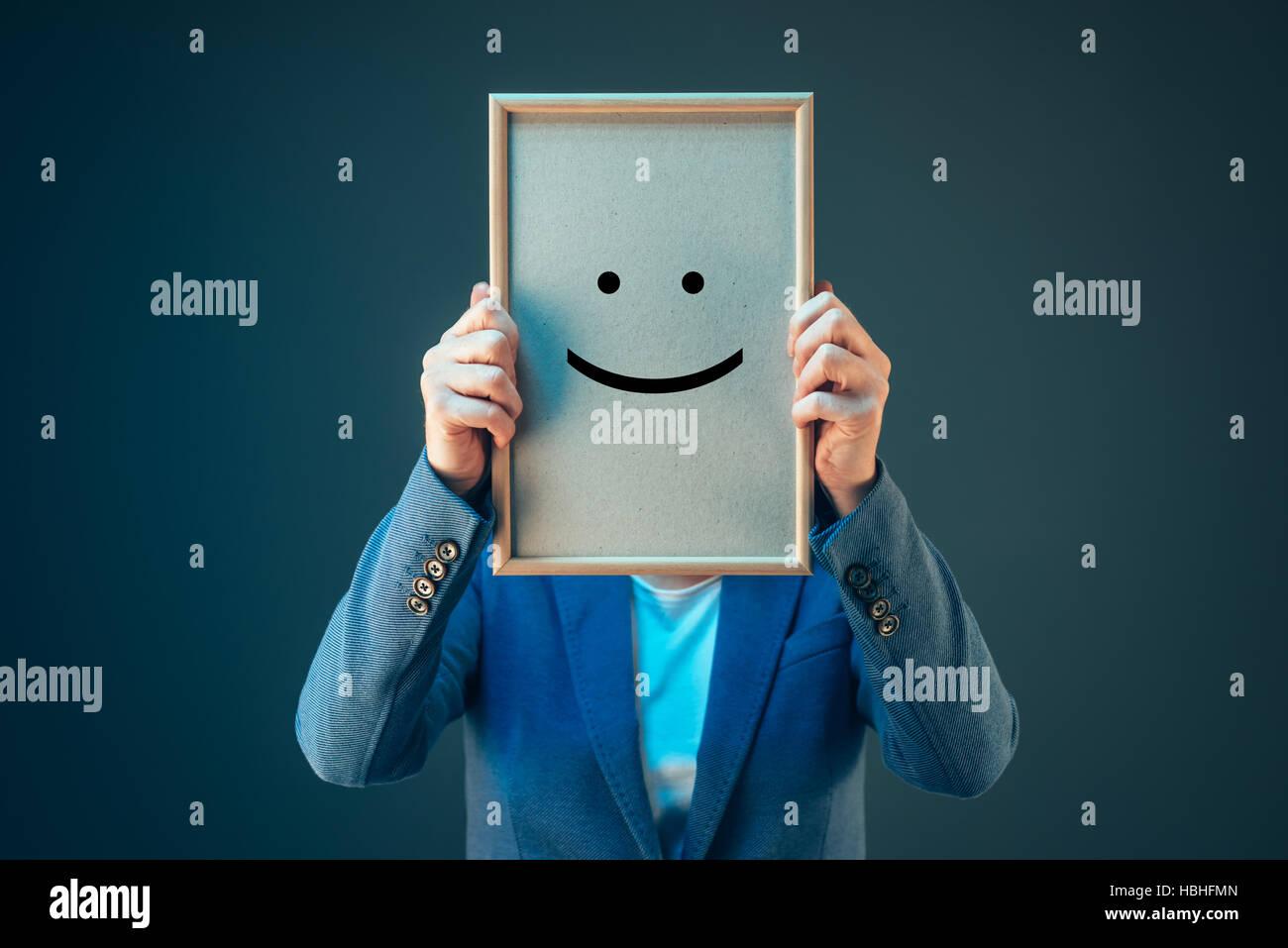 Businesswoman est optimiste quant à son avenir dans la culture d'affaires, imprimés holding happy Photo Stock