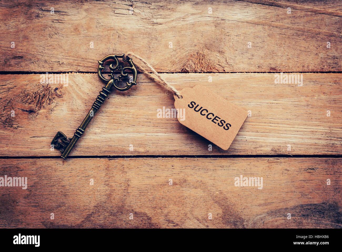Concept d'affaires - ancienne clé vintage sur bois avec tag succès. Photo Stock