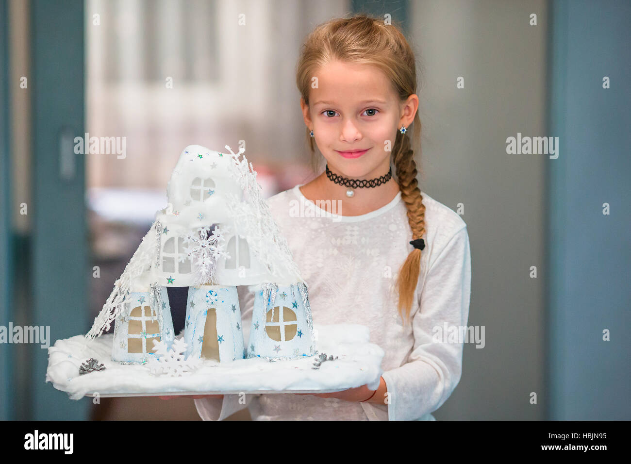 Little girl holding son métier maison en carton happy home concept photo stock
