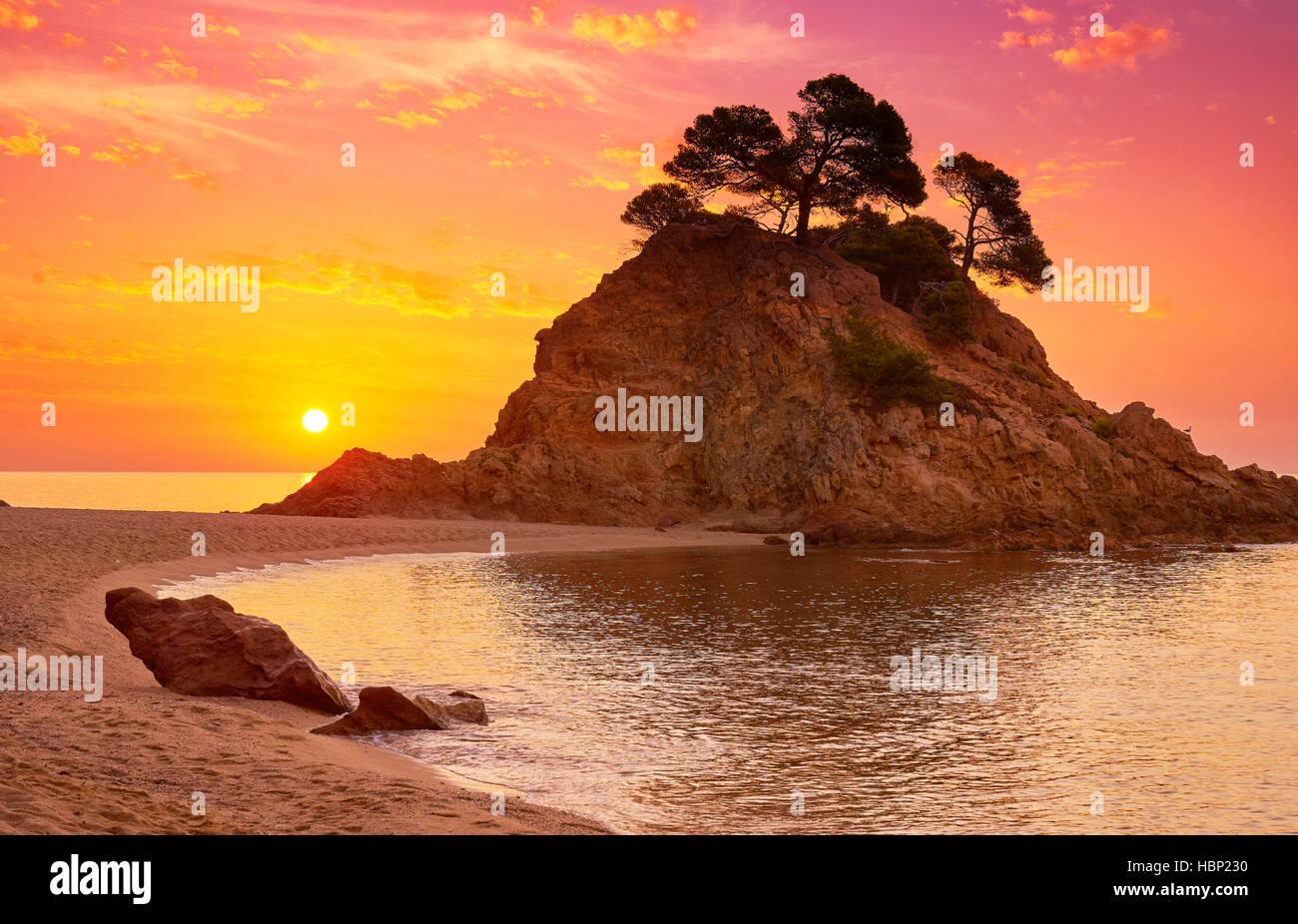 Lever du soleil à Cap Roig plage, Costa Brava, Espagne Photo Stock