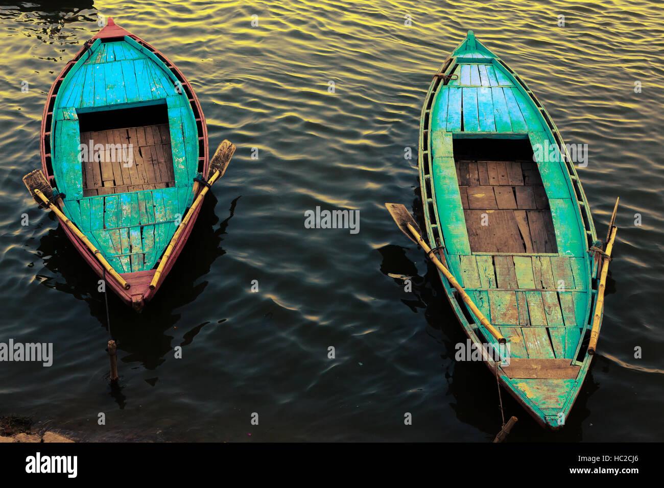 Bateaux colorés amarrés sur le Gange à Varanasi, Inde Photo Stock