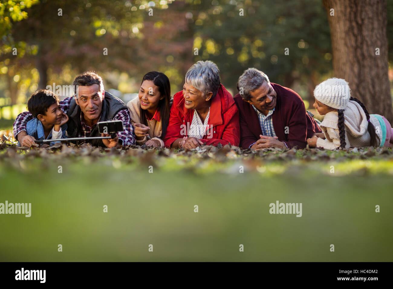L'homme avec la famille en tenant selfies Photo Stock