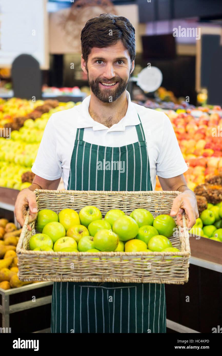 Libre de fonctionnaires titulaires d'un panier de pomme verte au supermarché Photo Stock