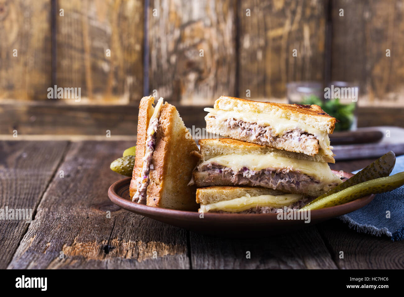 Thon sandwich fait maison faire fondre sur rural tableau Photo Stock