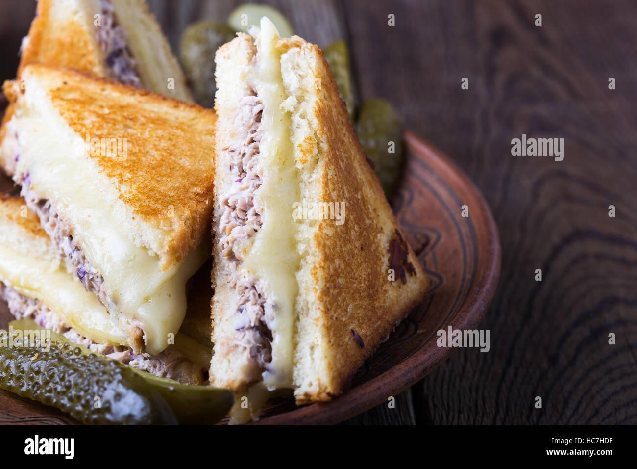 Thon sandwich fait maison faire fondre sur rural tableau Banque D'Images