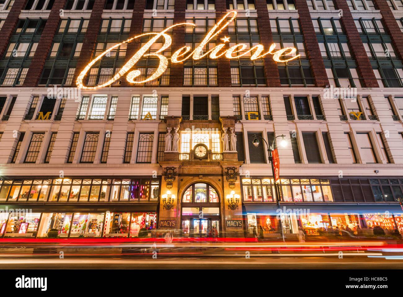 Macy's (grand magasin) avec des lumières de Noël et de vacances s'affiche. Manhattan, New York Photo Stock