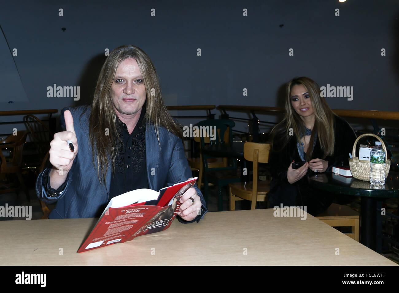Sebastian Bach et épouse Suzanne assister à la signature du livre '18 et la vie sur Skid Row' Photo Stock