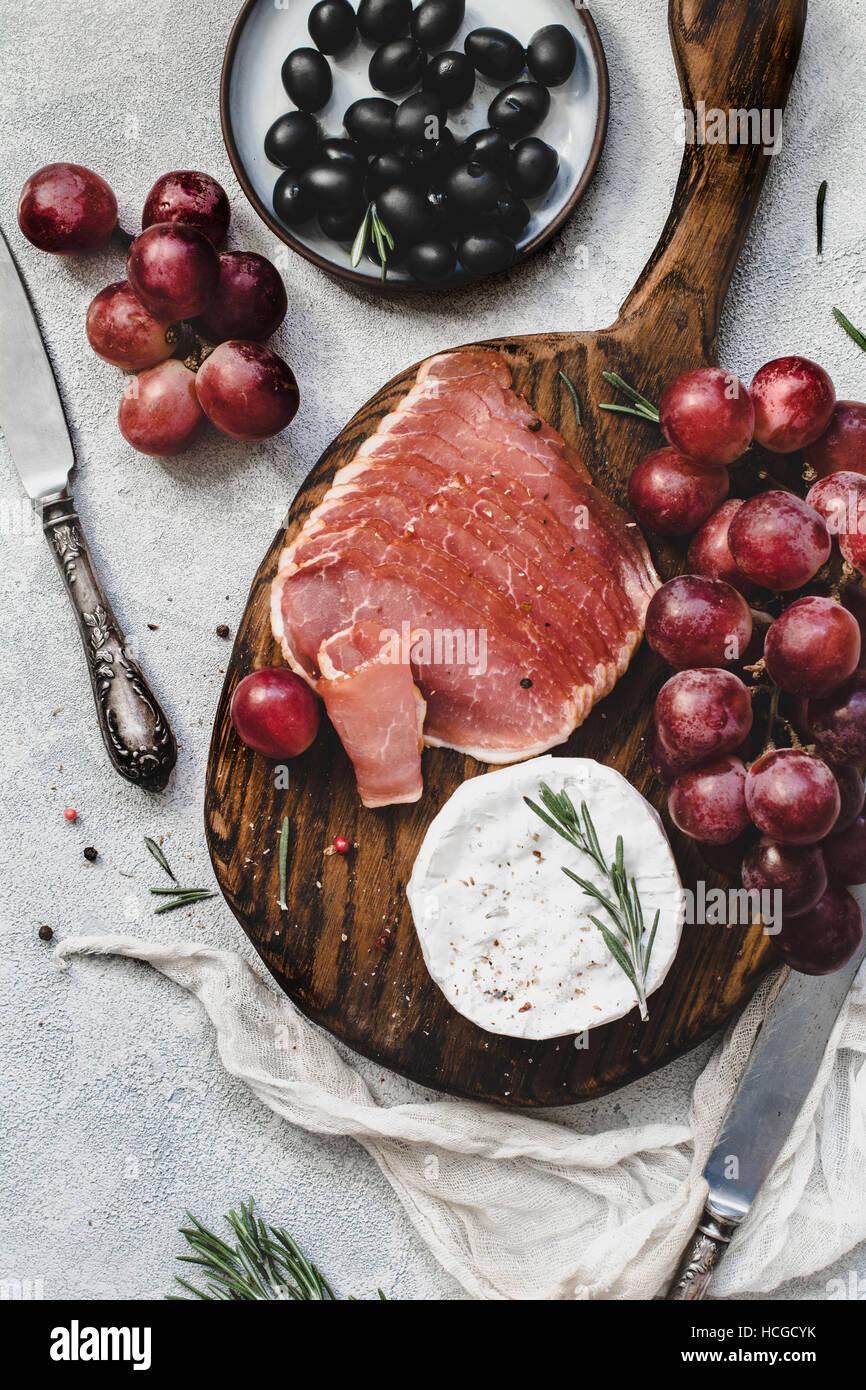 Assorted antipasti italiens des collations pour un dîner avec vin ou de travail sur planche à découper Photo Stock
