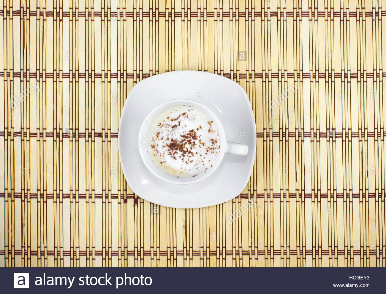Au-dessus de la tasse de café au lait et lait mousse sur un napperon de couleur beige avec motif géométrique,cappuccino, Banque D'Images