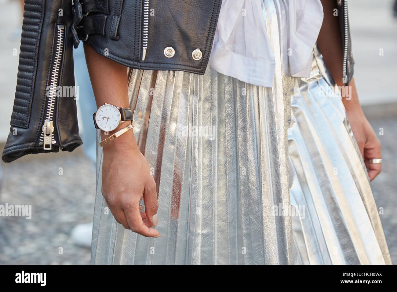 Femme avec argent brillant jupe et veste en cuir noire avant Cristiano Burani fashion show, Milan Fashion Week street Photo Stock