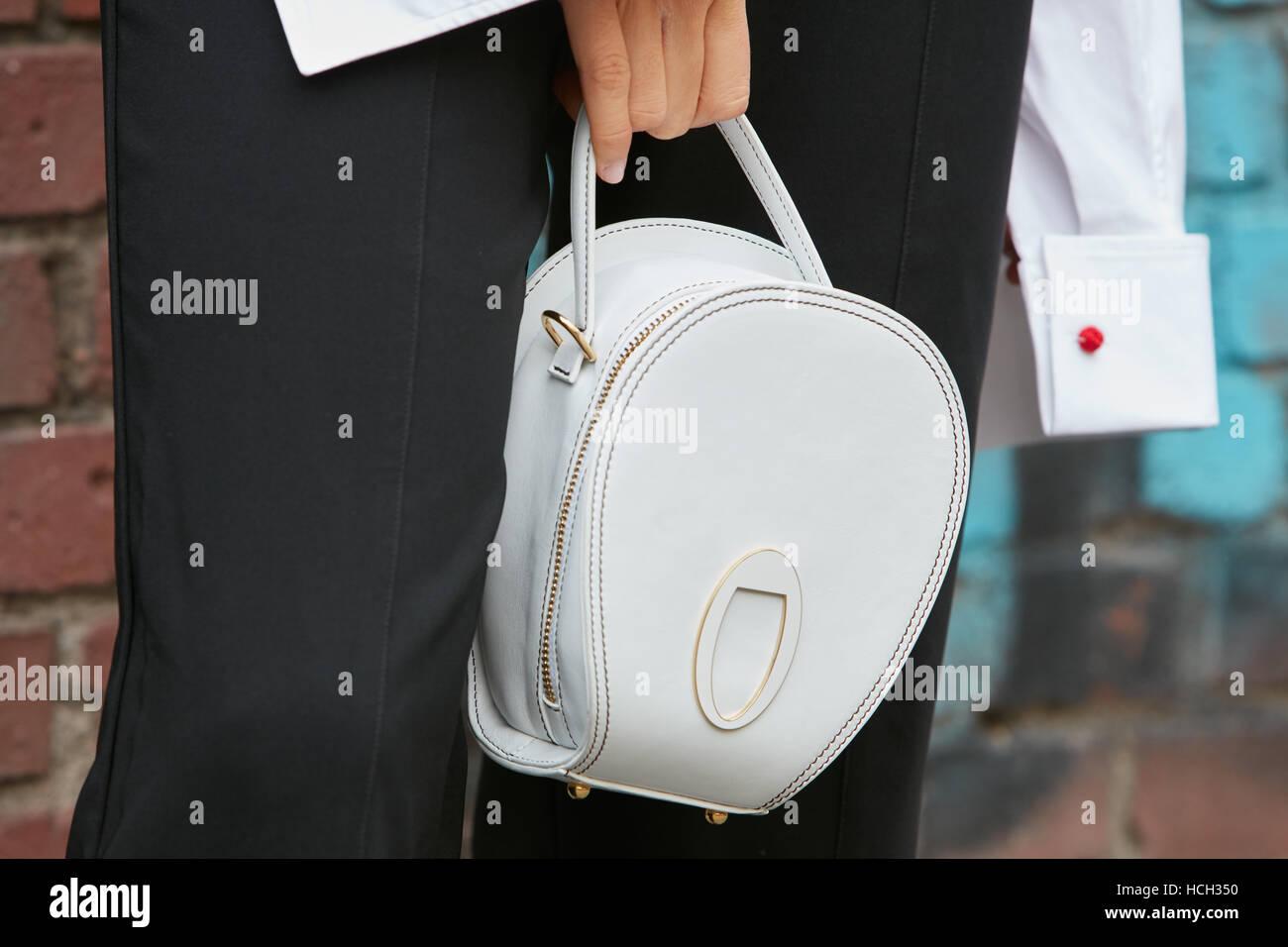 c196fe654217 Femme avec sac en cuir gris clair avant Fendi fashion show, Milan Fashion  Week street