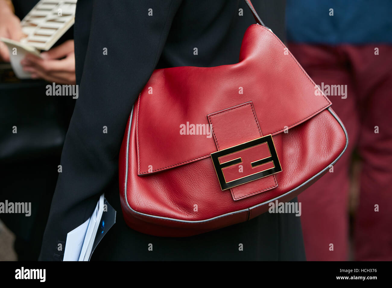 Femme avec du cuir rouge sac Fendi Fendi avant fashion show, Milan Fashion  Week street bb193445d35