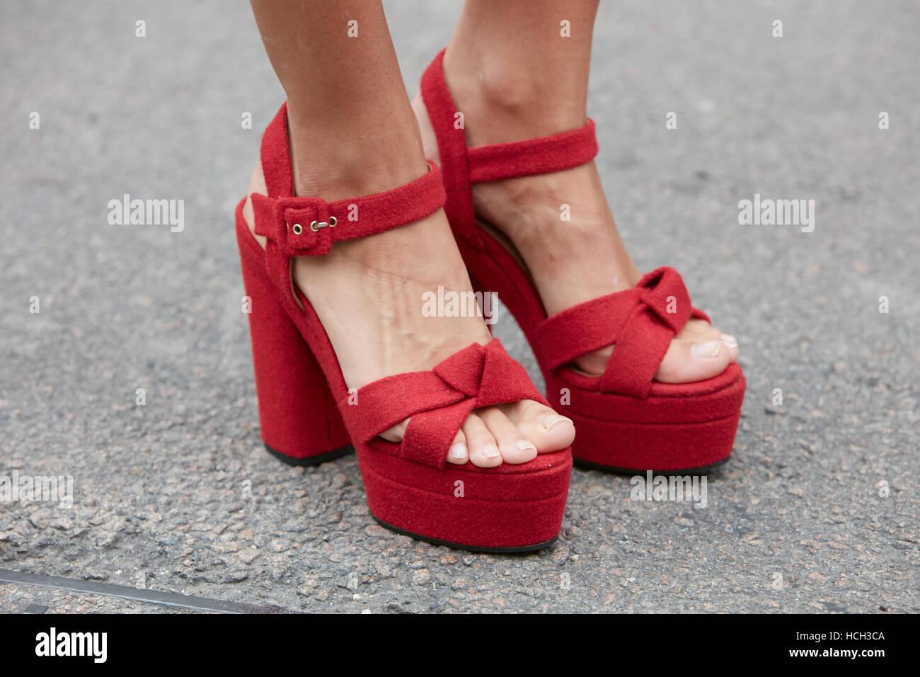 Femme avec des chaussures en tissu rouge avant Fendi fashion show, Milan Fashion  Week street style le 22 septembre 2016. c8350c9e7ac