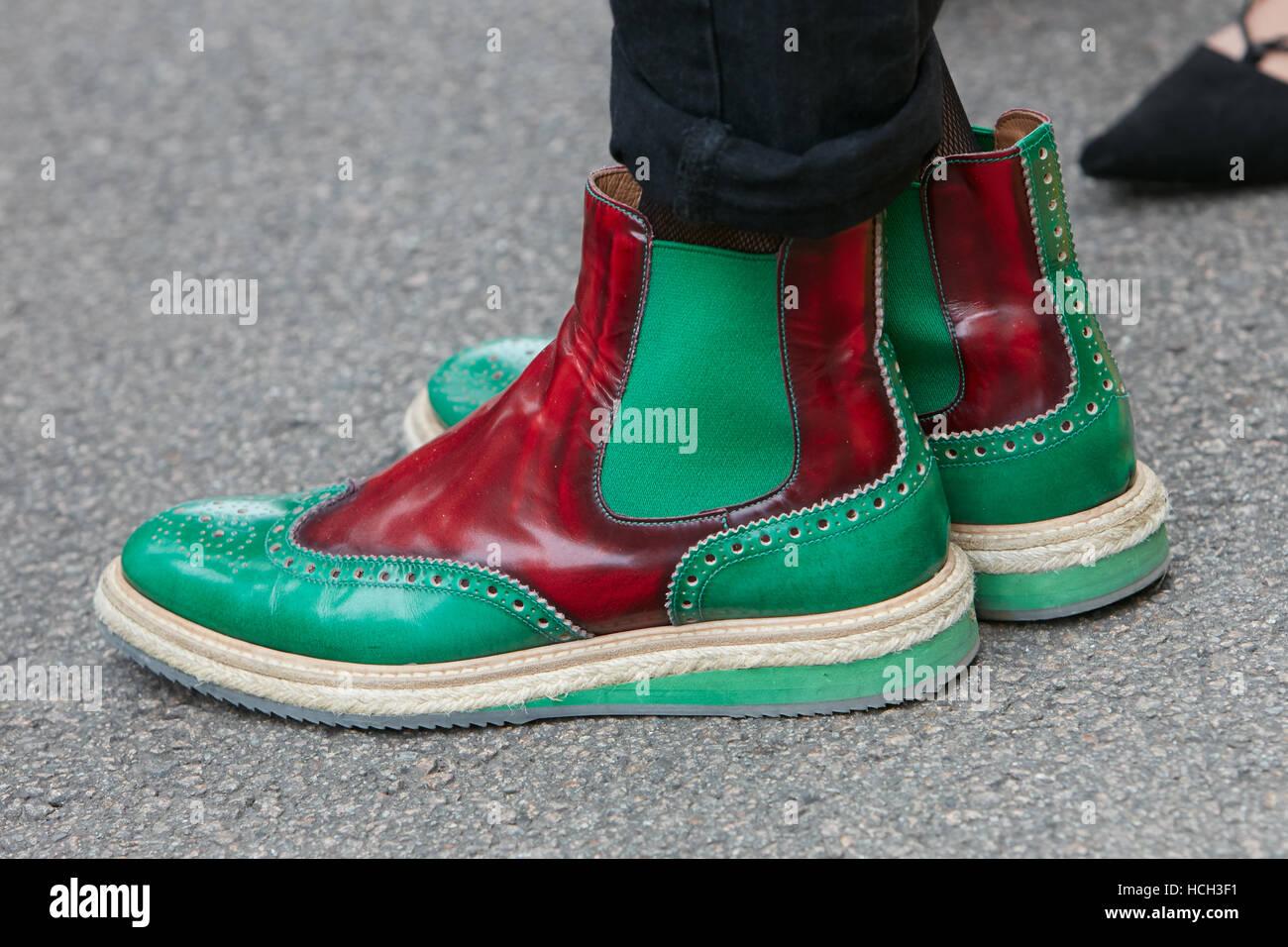 Homme avec des chaussures en cuir rouge et vert avant Fendi fashion show,  Milan Fashion c65422832d8