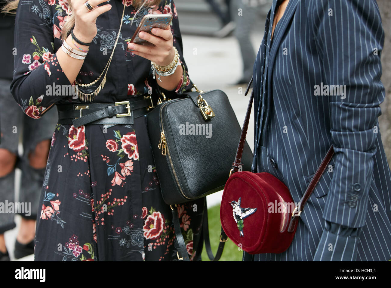 Femme avec robe noire et rouge sac de velours avant de Giorgio Armani fashion  show, 3f6b1345876