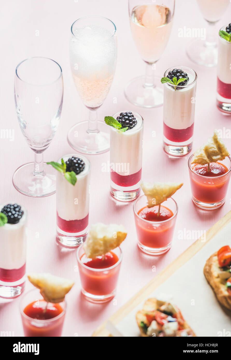 Close-up de diverses collations, brushettas, gazpacho shots, desserts aux fruits rouges et champagne à l'événement Photo Stock