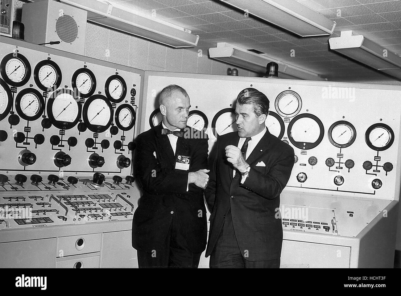 Le Dr Wernher von Braun, droite, mémoires l'astronaute John Glenn, à gauche, dans la salle de contrôle de l'essai du véhicule Section, Division Assurance Qualité, Marshall Space Flight Center (MSFC) à Huntsville, Alabama, le 28 novembre 1962.Source: NASA via CNP - AUCUN FIL SERVICE - Photo: NASA/consolidé Nouvelles Photos/NASA via CNP Banque D'Images
