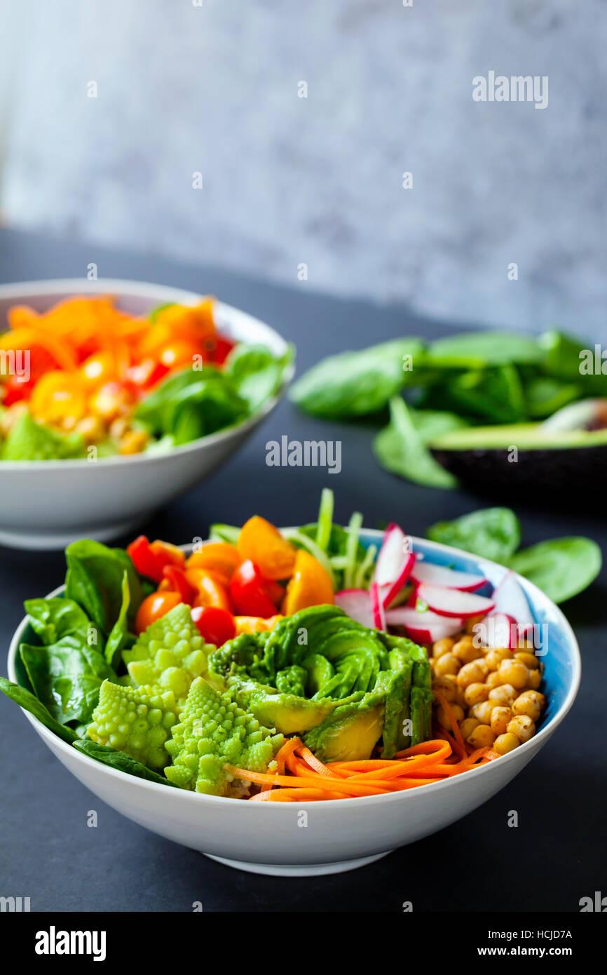 Bouddha bol de légumes avec de l'avocat, le chou-fleur romanesco, carottes, pois chiches, tomates et radis Photo Stock
