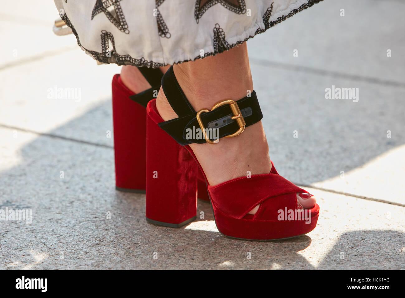 Femme avec talons hauts chaussures avant de velours rouge Stella jean fashion  show, Milan Fashion 99f295978fe