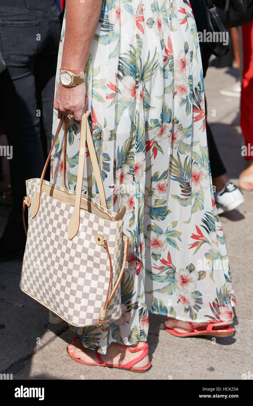 eea94a6f8fbe Femme avec robe longue et golden watch avant Stella jean fashion show,  Milan Fashion Week
