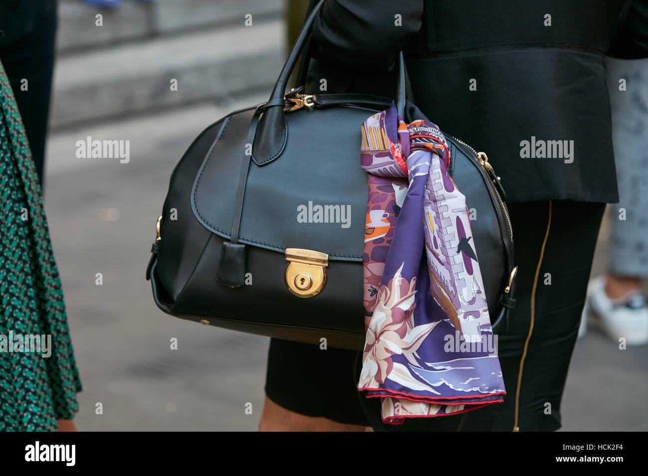 02642b49635e Femme avec Salvatore Ferragamo noir sac avant de Salvatore Ferragamo fashion  show, Milan Fashion Week