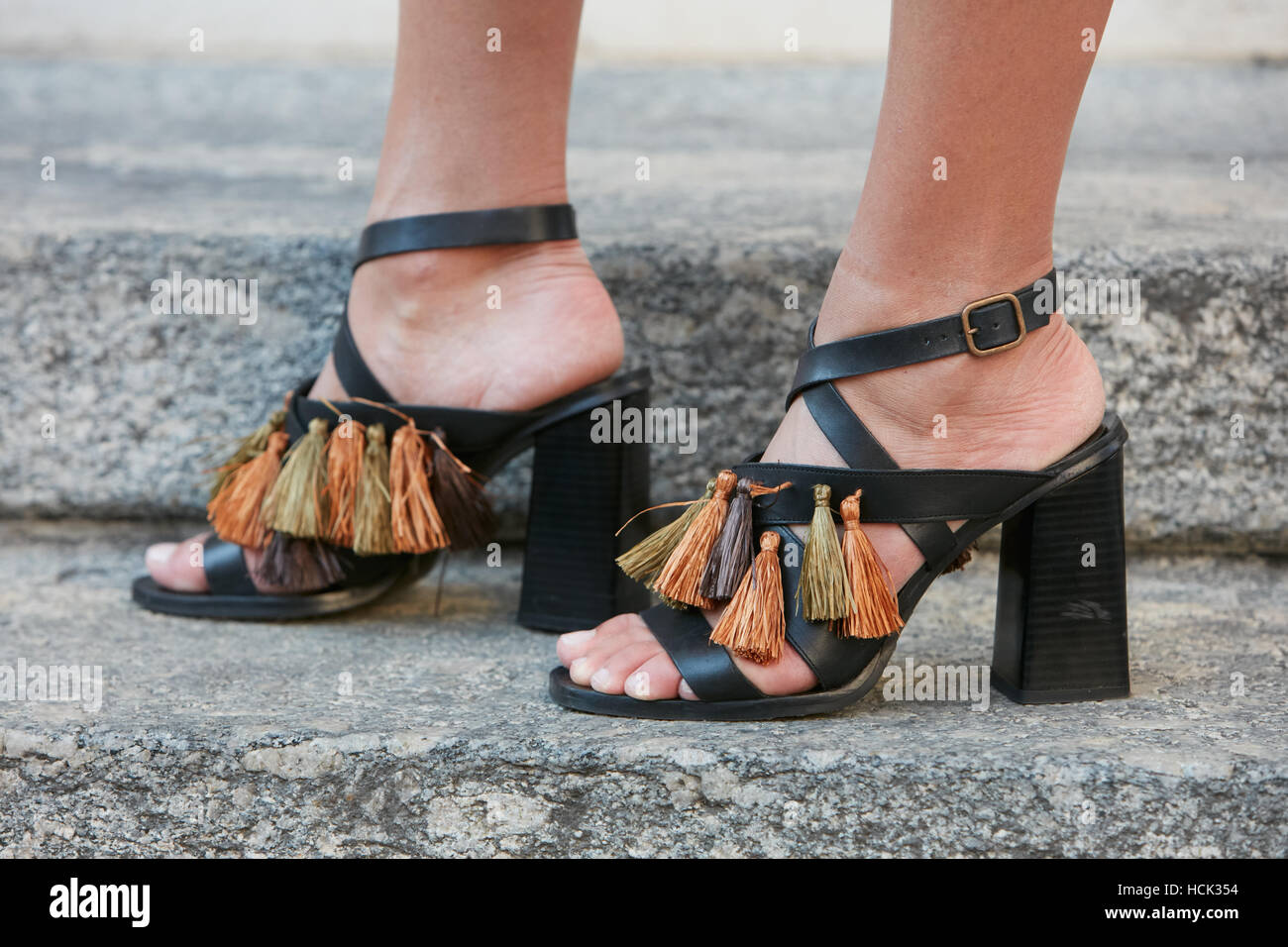 Femme avec des chaussures ouvertes avec des franges avant de Salvatore  Ferragamo fashion show, Milan 3de94ed0ffd