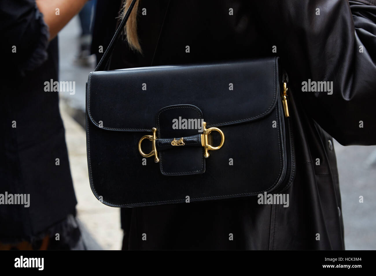 cc72cbcadcb9 Femme avec Hermes Sac en cuir noir avant de Wunderkind fashion show, Milan Fashion  Week
