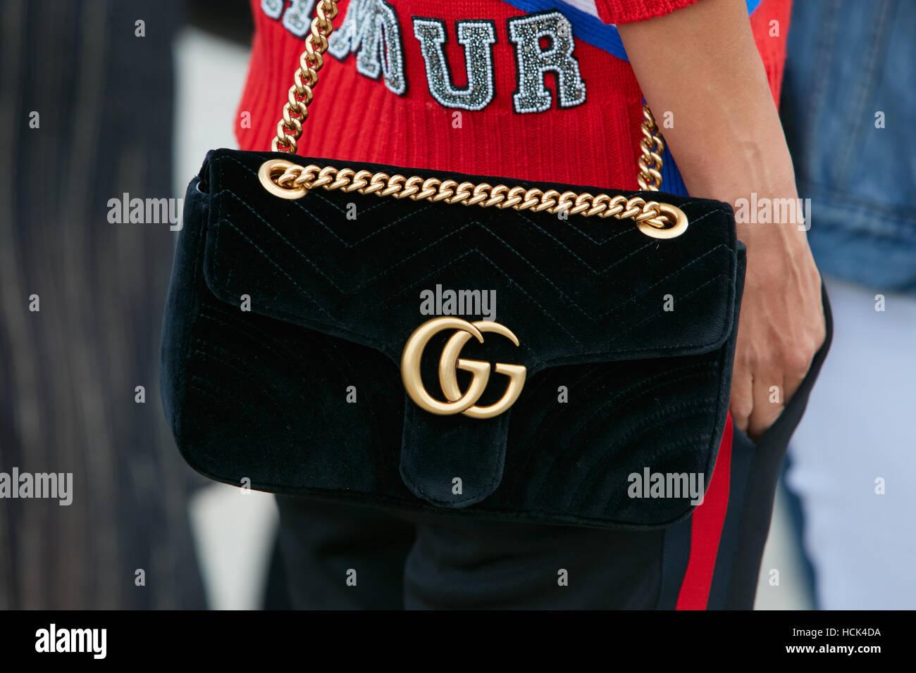 Femme avec sac Gucci en velours noir avant de Gucci fashion show, Milan  Fashion Week cddda469fe3