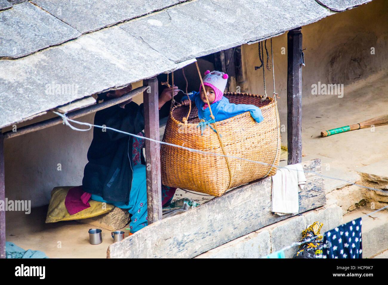 Bébé dans un berceau dans Ghandruk, Népal Photo Stock