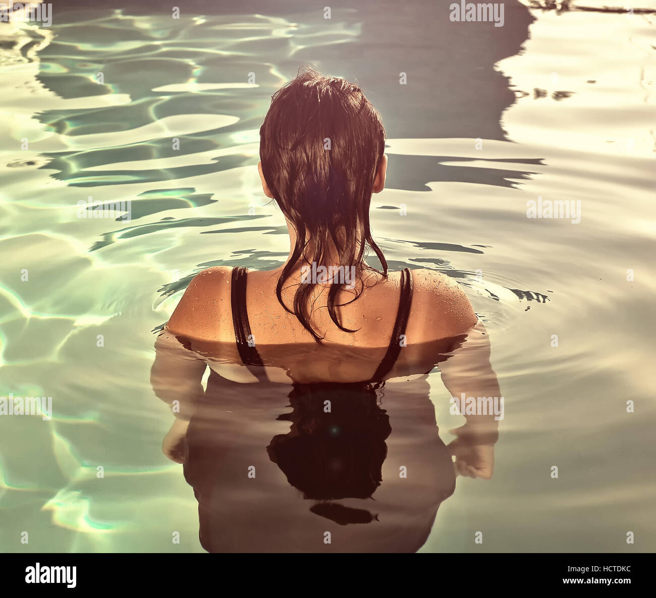 Girl swimming underwater in pool Banque D'Images