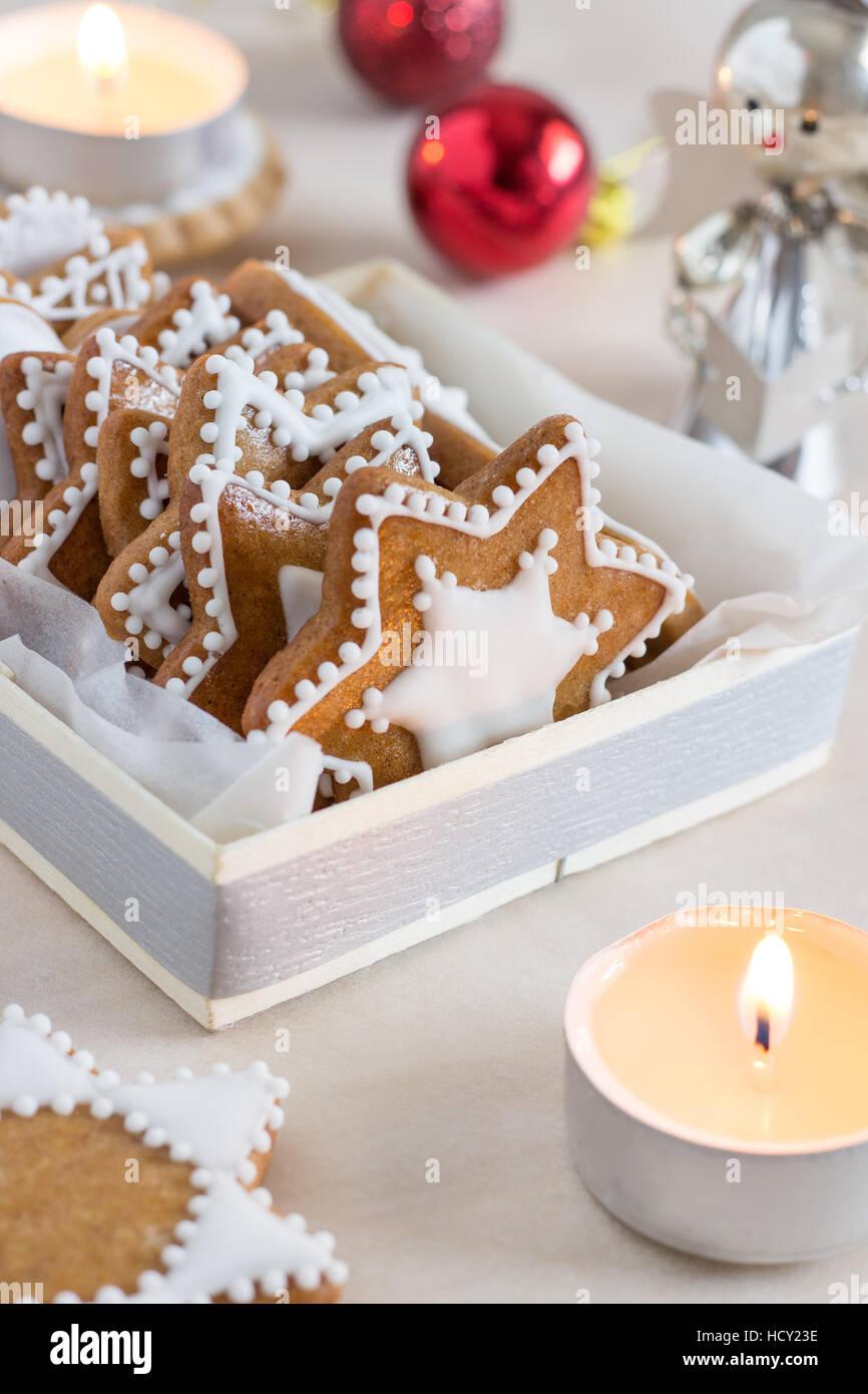 Gingerbread cookies faits maison avec glaçage blanc Photo Stock