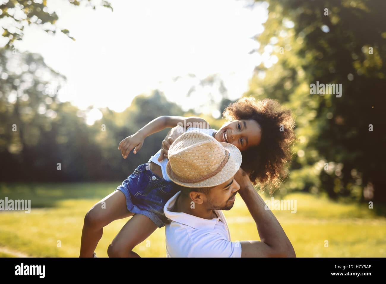 Père fille portant sur le dos à l'extérieur Photo Stock