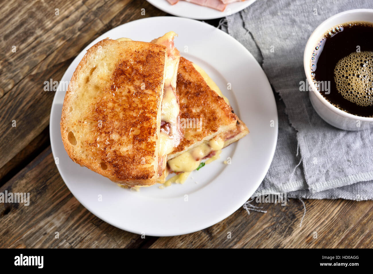 Le petit-déjeuner sandwich grillé au bacon et fromage, vue du dessus Photo Stock