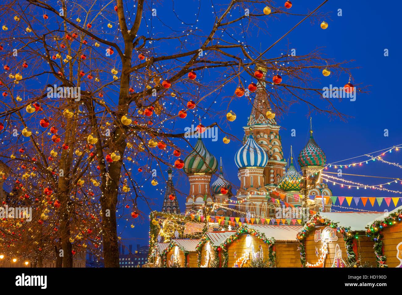 Décorations de Noël à la place rouge avec la Cathédrale St. basilics sur le fond, Moscou, Russie Photo Stock