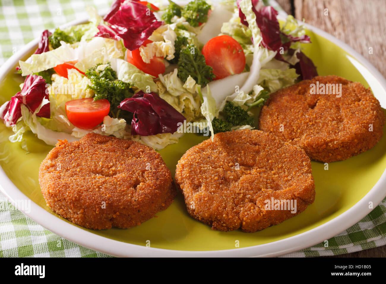 Alimentation Nourriture: escalopes carotte salade de légumes frais avec gros plan sur une assiette. L'horizontale Banque D'Images