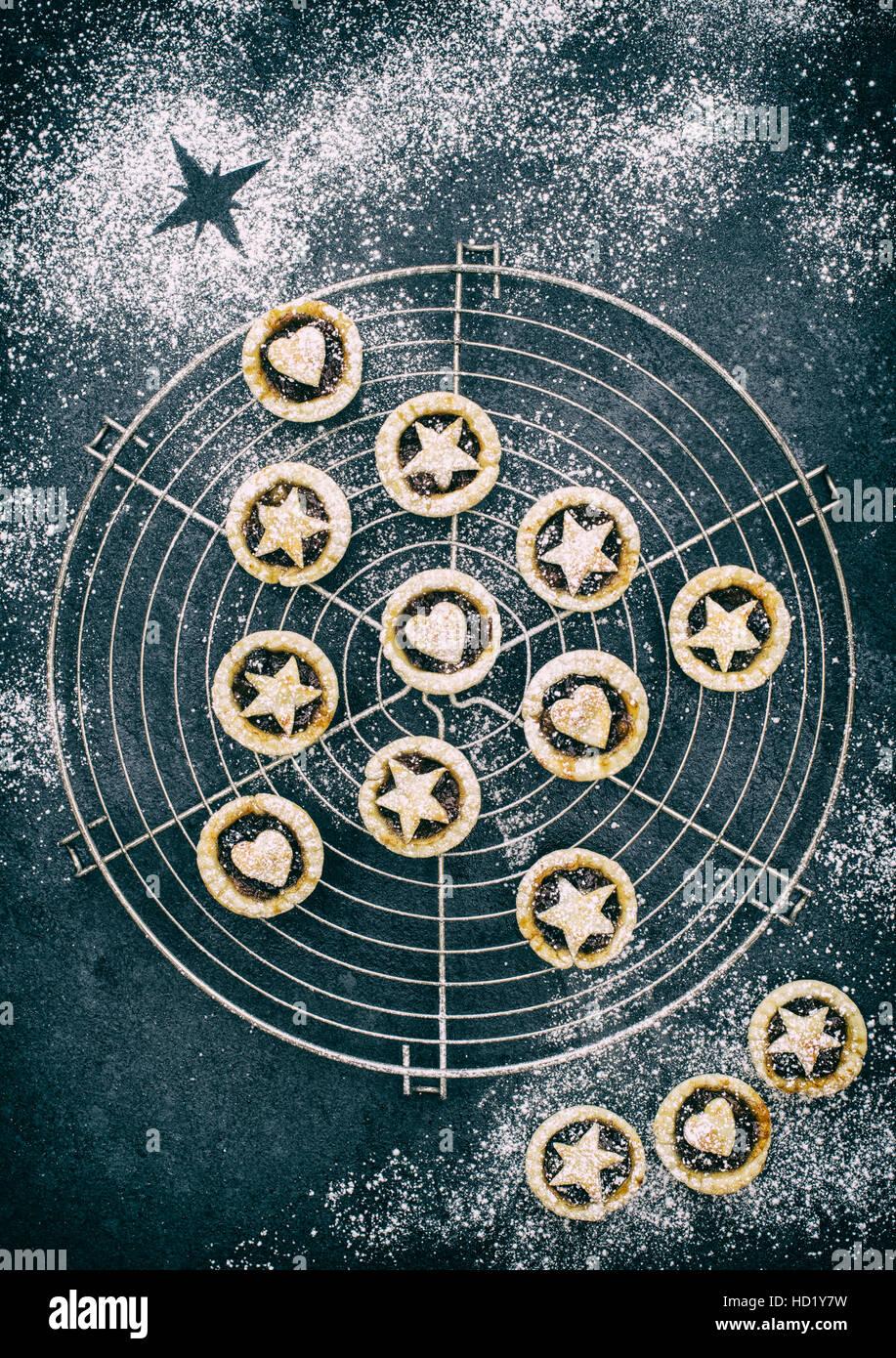 Maison de boulangerie mini tartelettes en forme d'un arbre de Noël avec des coeurs et des étoiles Photo Stock