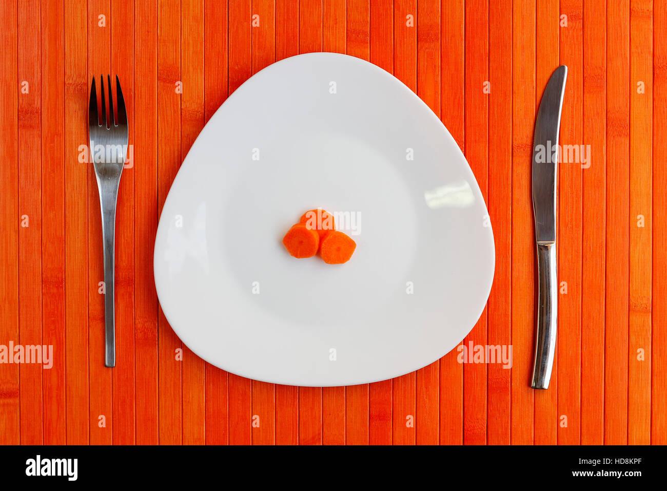 Régime alimentaire strict de légumes, petit tas de carottes Photo Stock