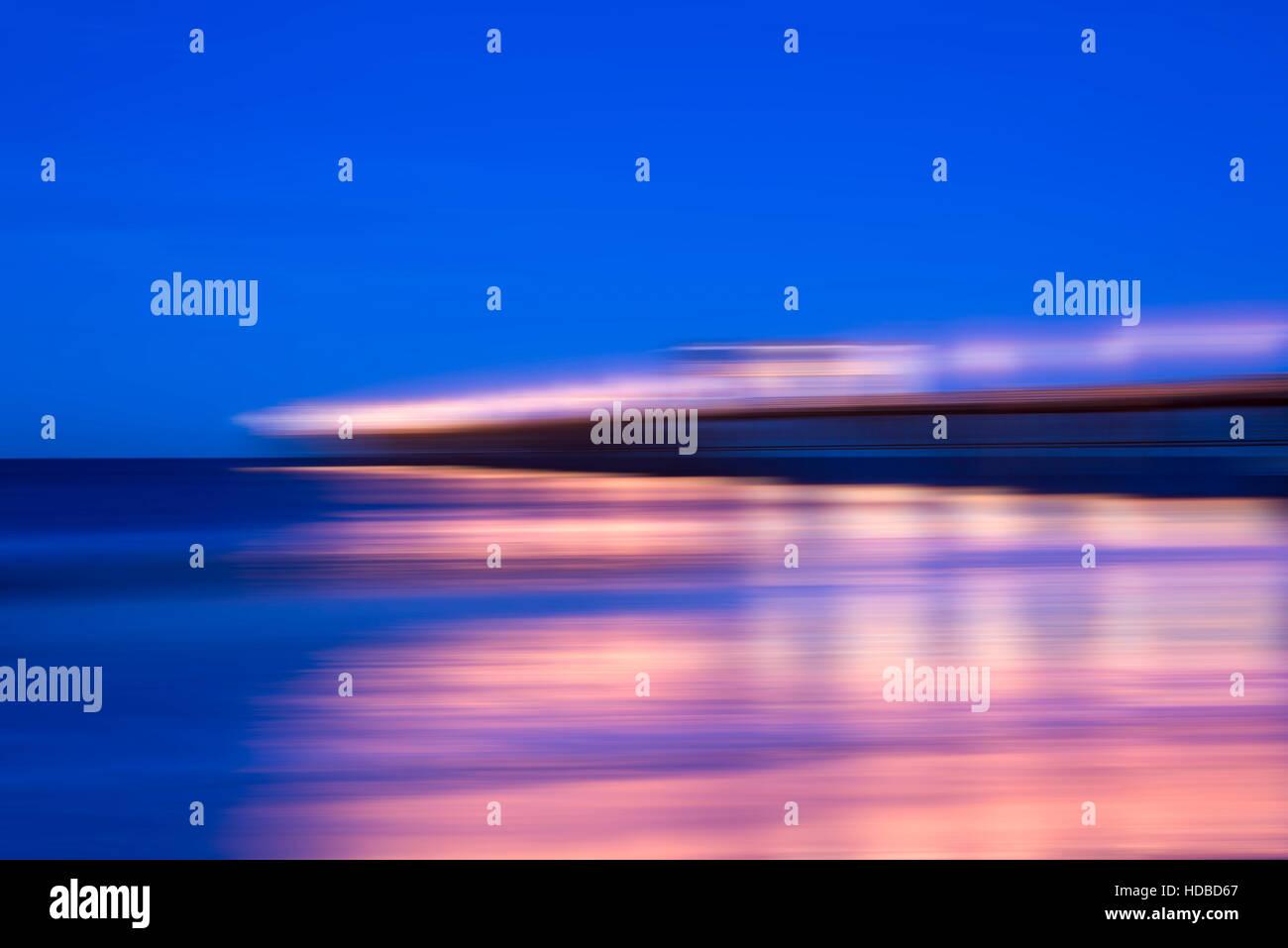 L'effet de flou, le pier avec lampadaire la nuit. Photo Stock