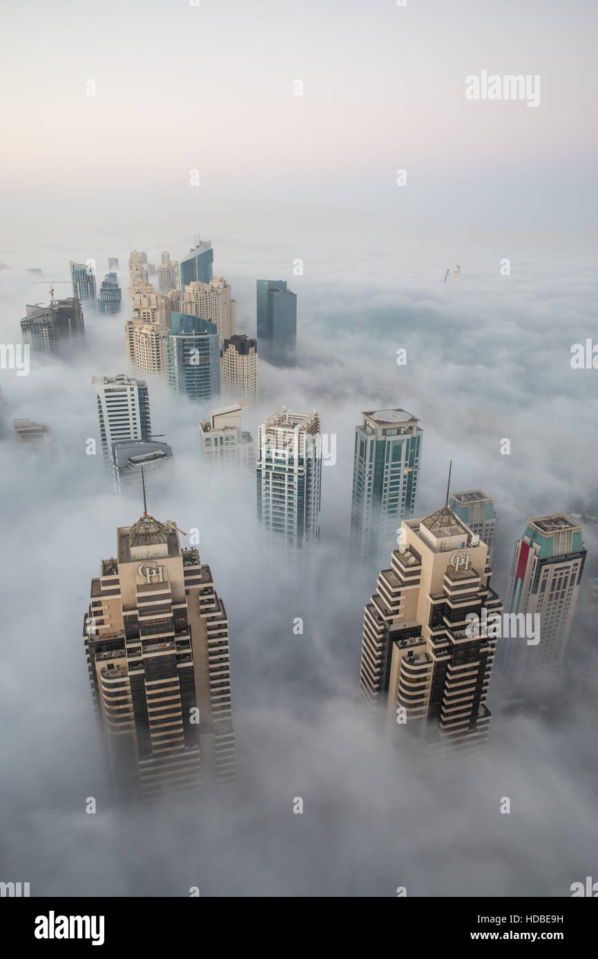 Matin d'hiver rare couverture de brouillard Dubai gratte-ciel. Dubaï, Émirats arabes unis. Photo Stock